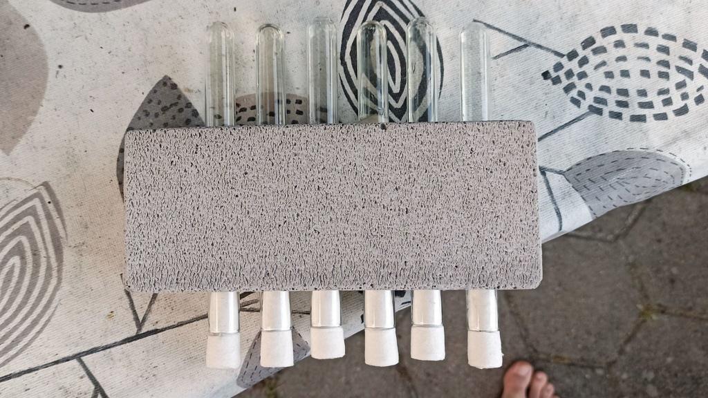 Draufsicht auf einen Reagenzglashalter aus Ytong